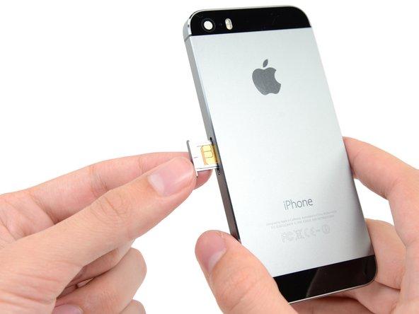 Entferne das SIM-Karten Fach aus dem iPhone.